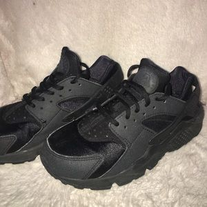 Nike Shoes - Black nike huaraches
